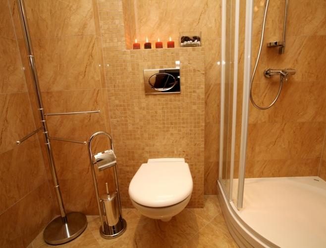 łazienka z prysznicem w apartamencie Kościelisku
