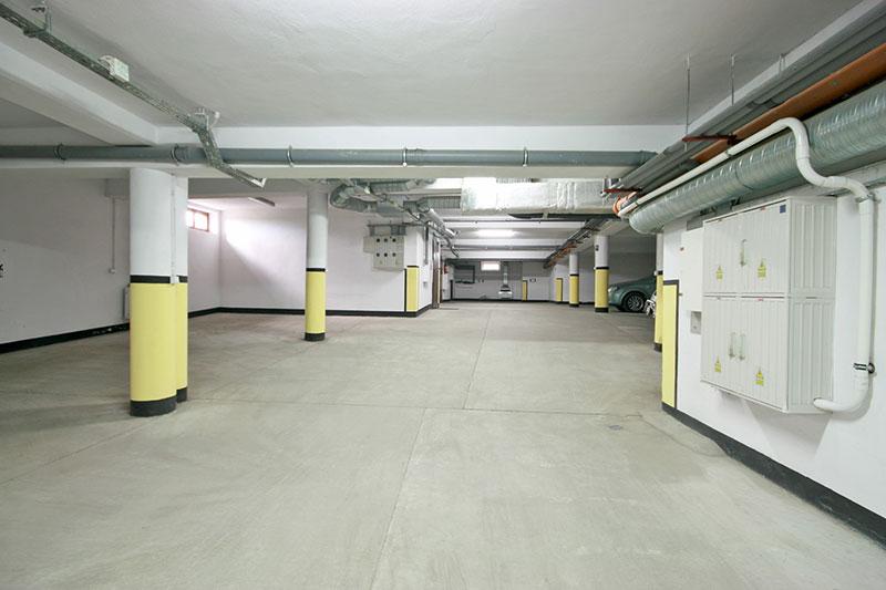garaż podziemny w apartamentowcu w górach