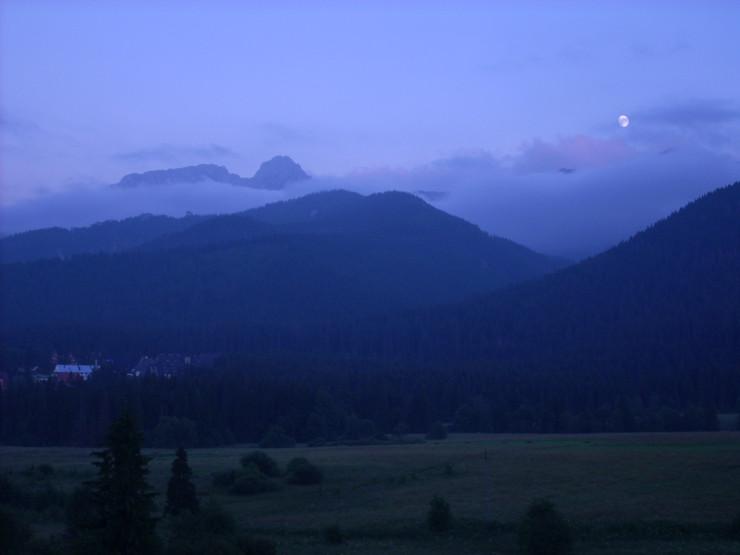 widok na góry wieczorem
